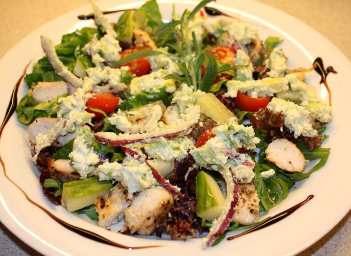 Lun kyllingsalat med avocado og feta
