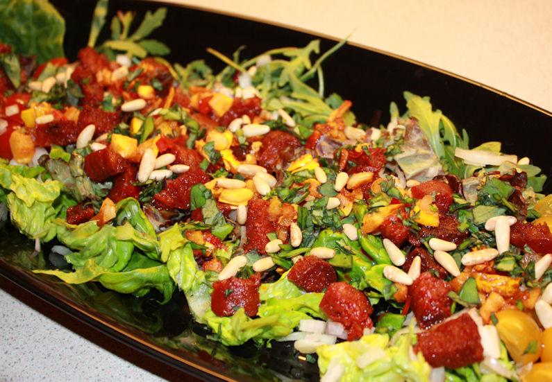 Lun salat med chorizo,chevre og avocado