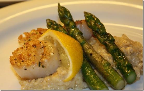 Kamskjell og asparges på linsepuré