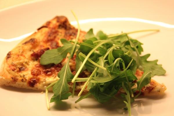 Hvit pizza med Mascarpone, chorizo og parmaskinke