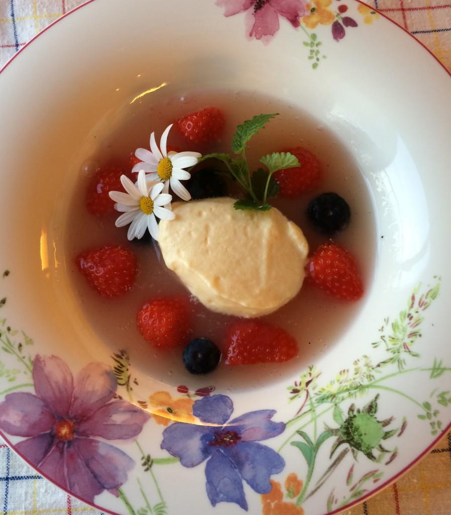 Rabarbra- og jordbærsuppe med mascarponekrem