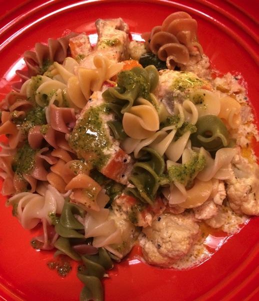 Fiskepanne med ost, grønnsaker og pesto