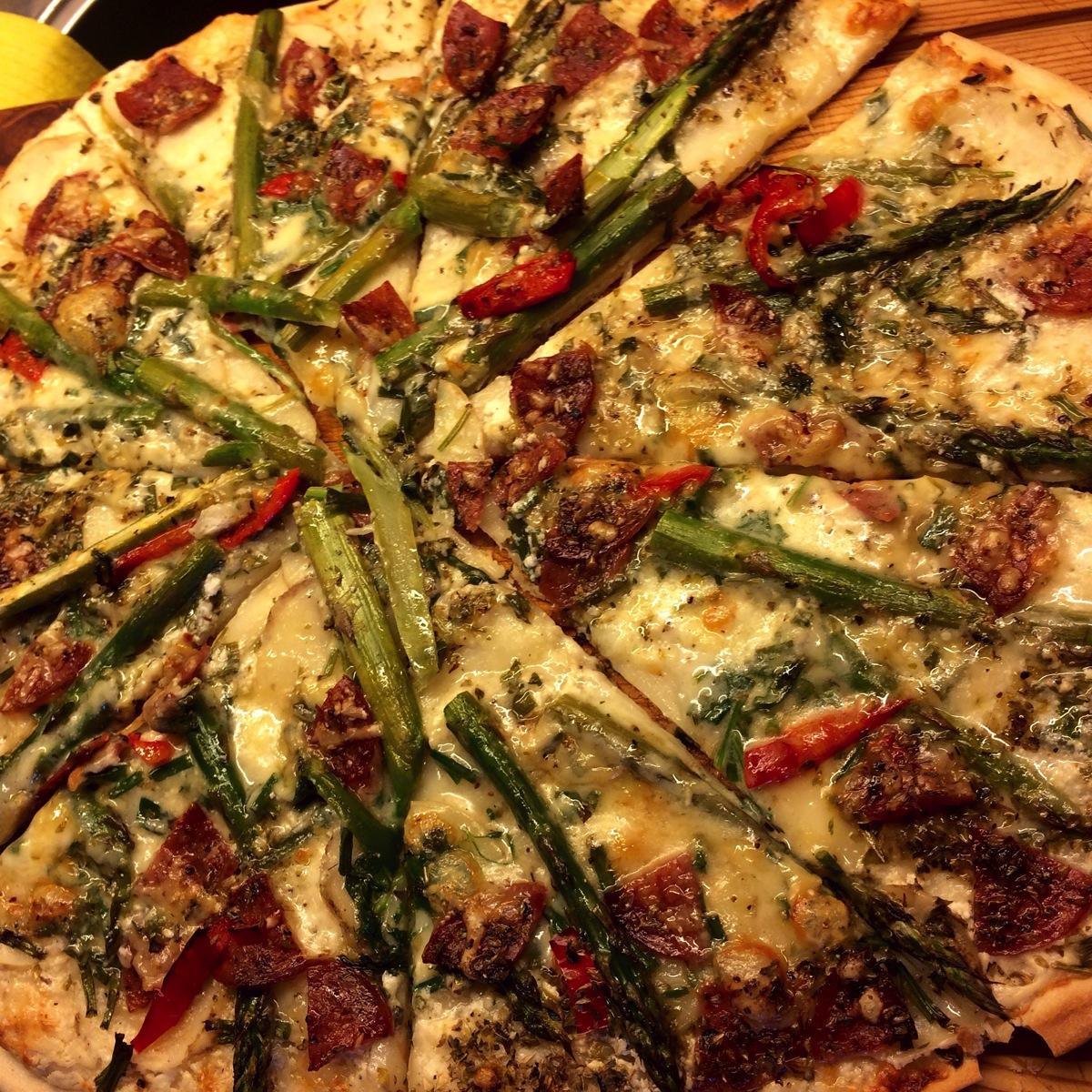 Pizza med asparges, poteter og auberginekrem