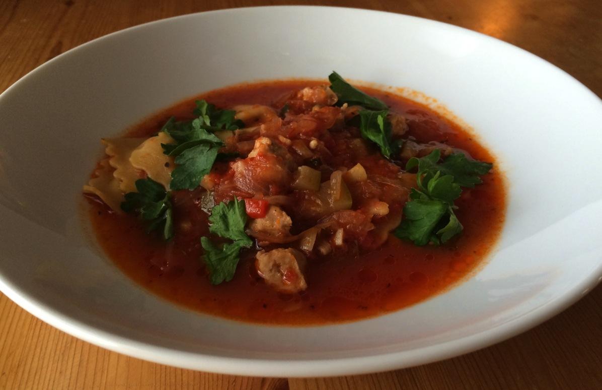 Italiensk tomatsuppe med pølse og ravioli