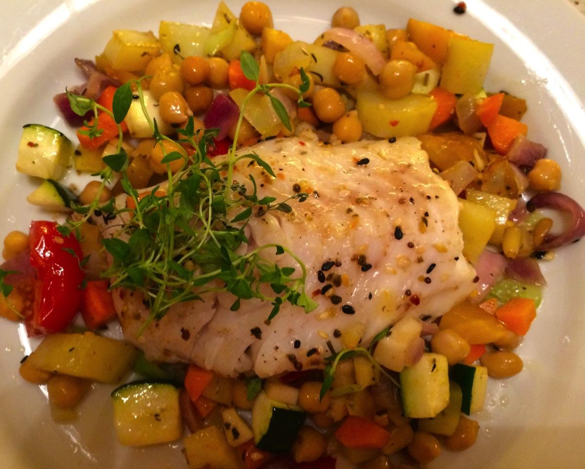 Torskefilét med ovnsbakte grønnsaker, kikerter og soyasmør