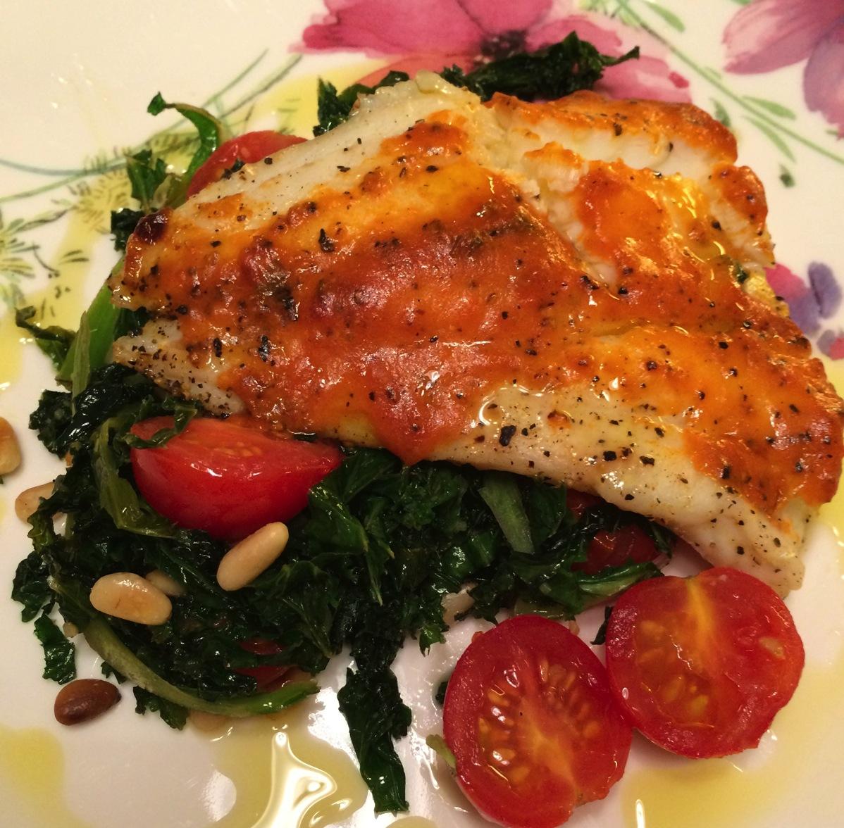 Torskefilét med grønnkål, tomater og pesto