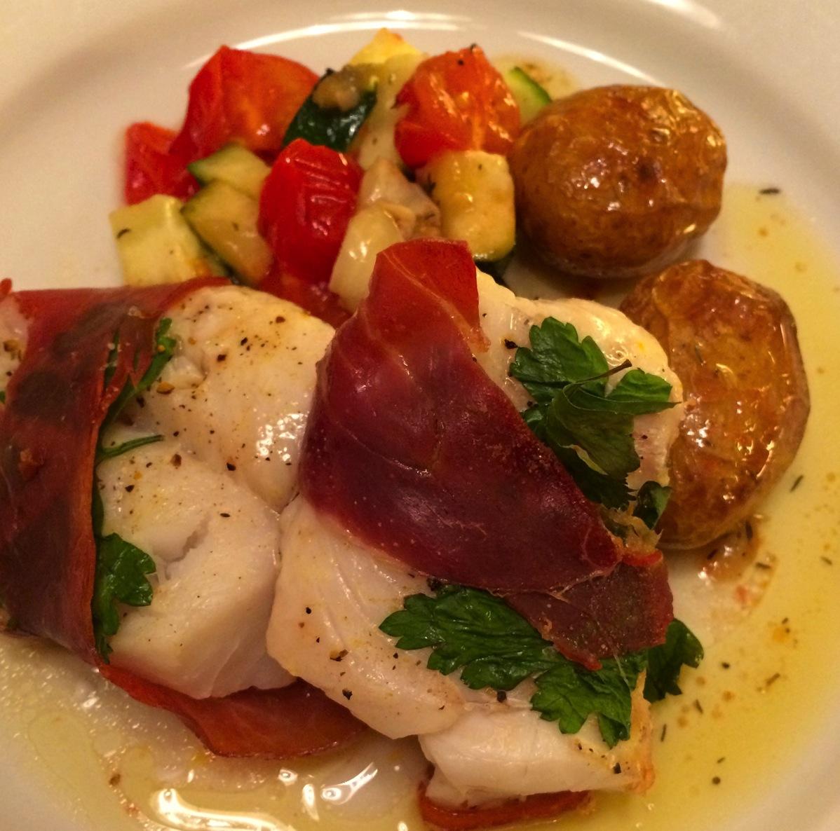Torskefilét med skinke og ovnsbakte grønnsaker