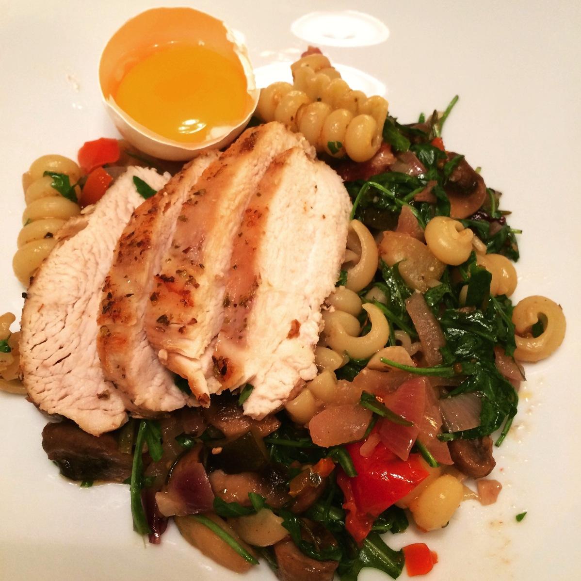 Pasta med kylling, grønnsaker og rå eggeplomme