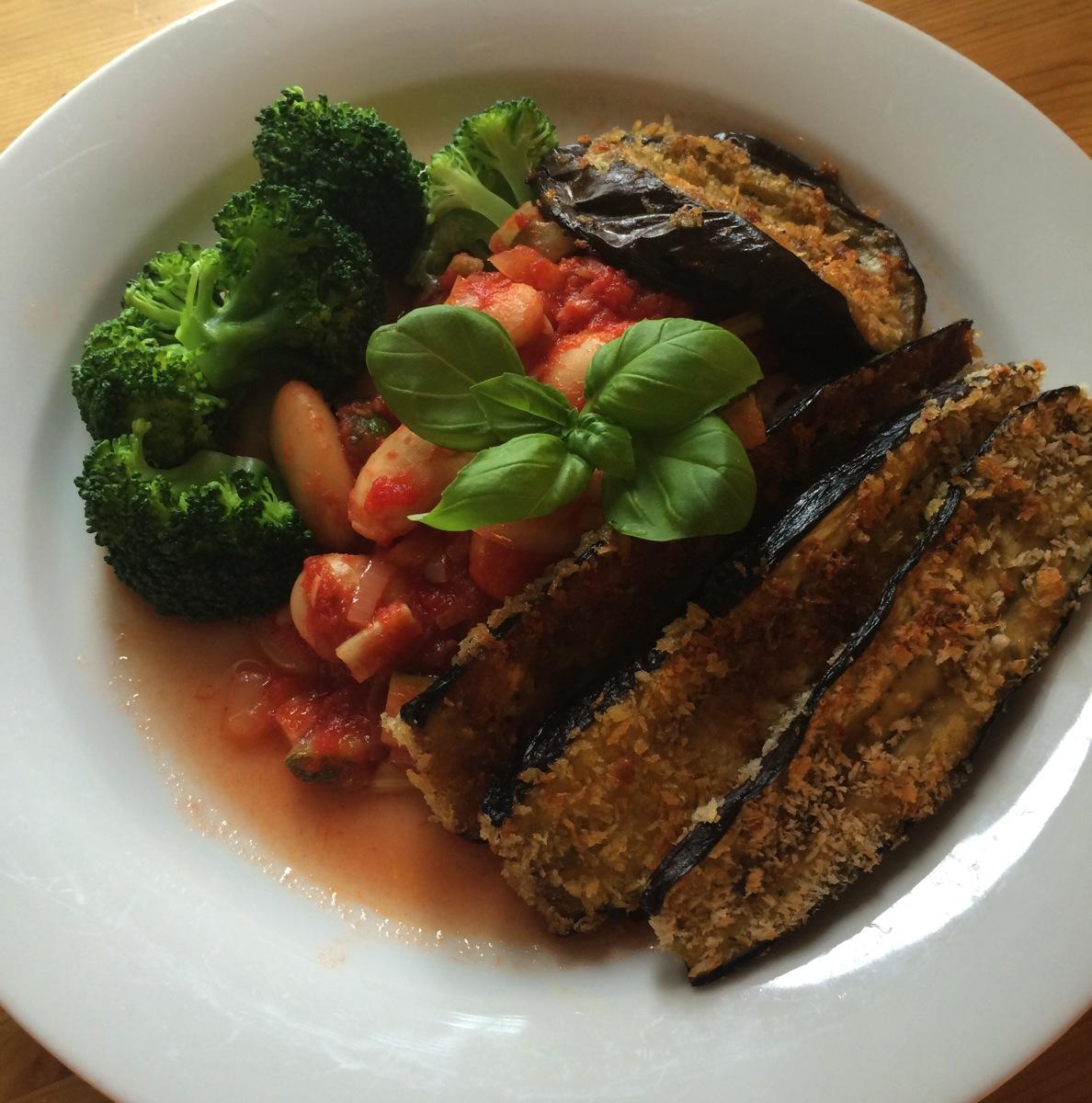Panert aubergineskiver med økologisk tomatsaus