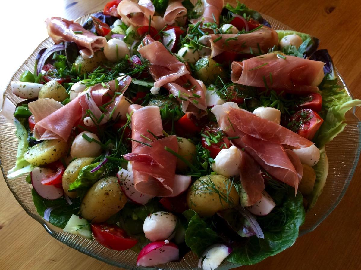 Sommersalat med mozarella, skinke og nypoteter