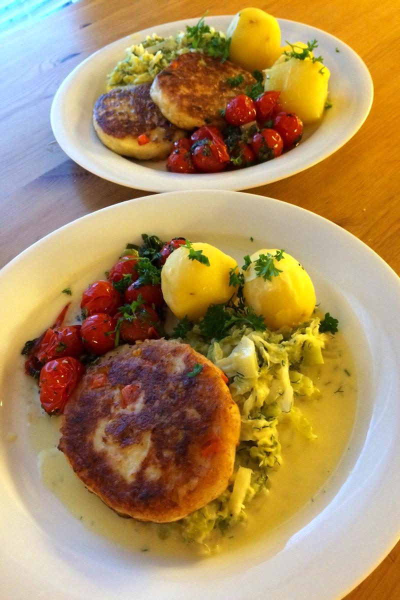 Fiskekaker med kremet savoyekål og bakte tomater