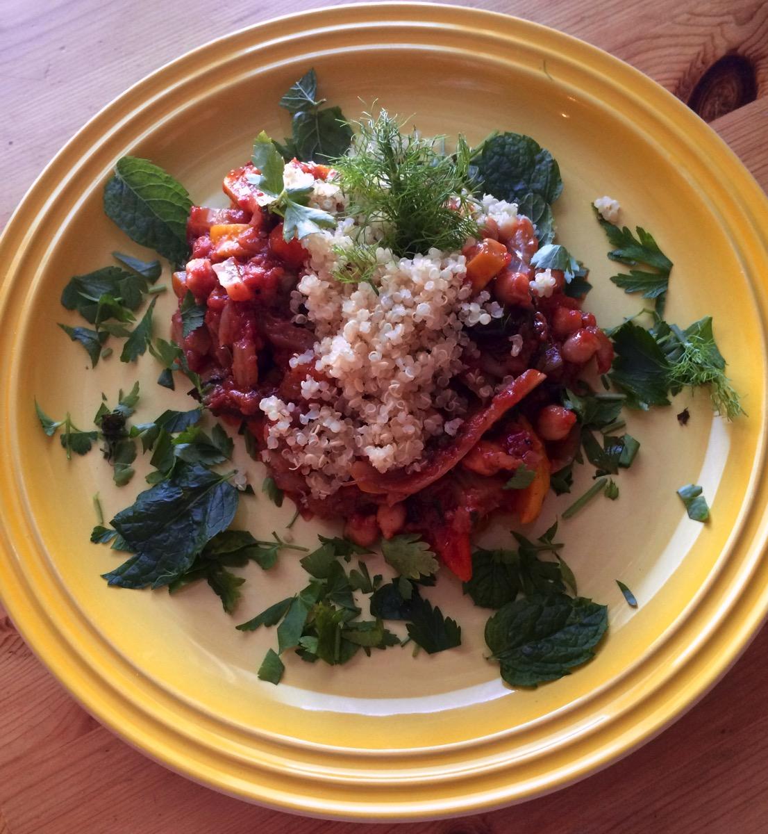 Eksotisk vegetargryte med aubergine, søtpotet og mynte