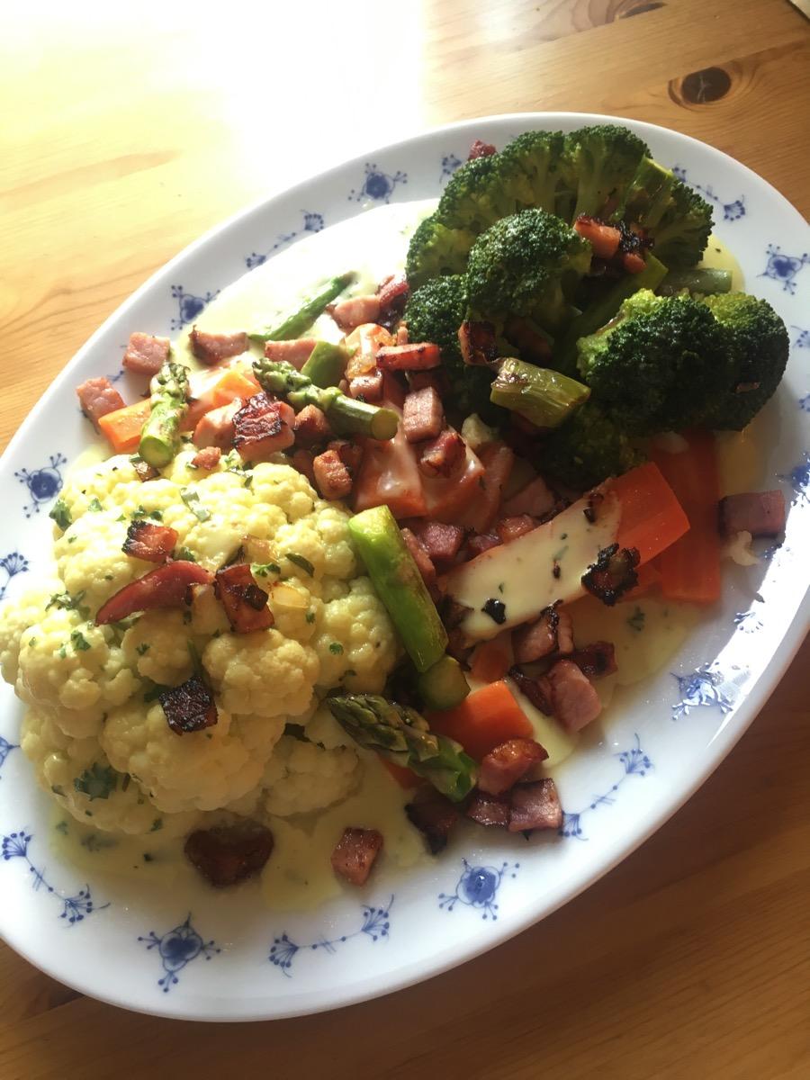Grønnsaker med skinke og bechamelsaus