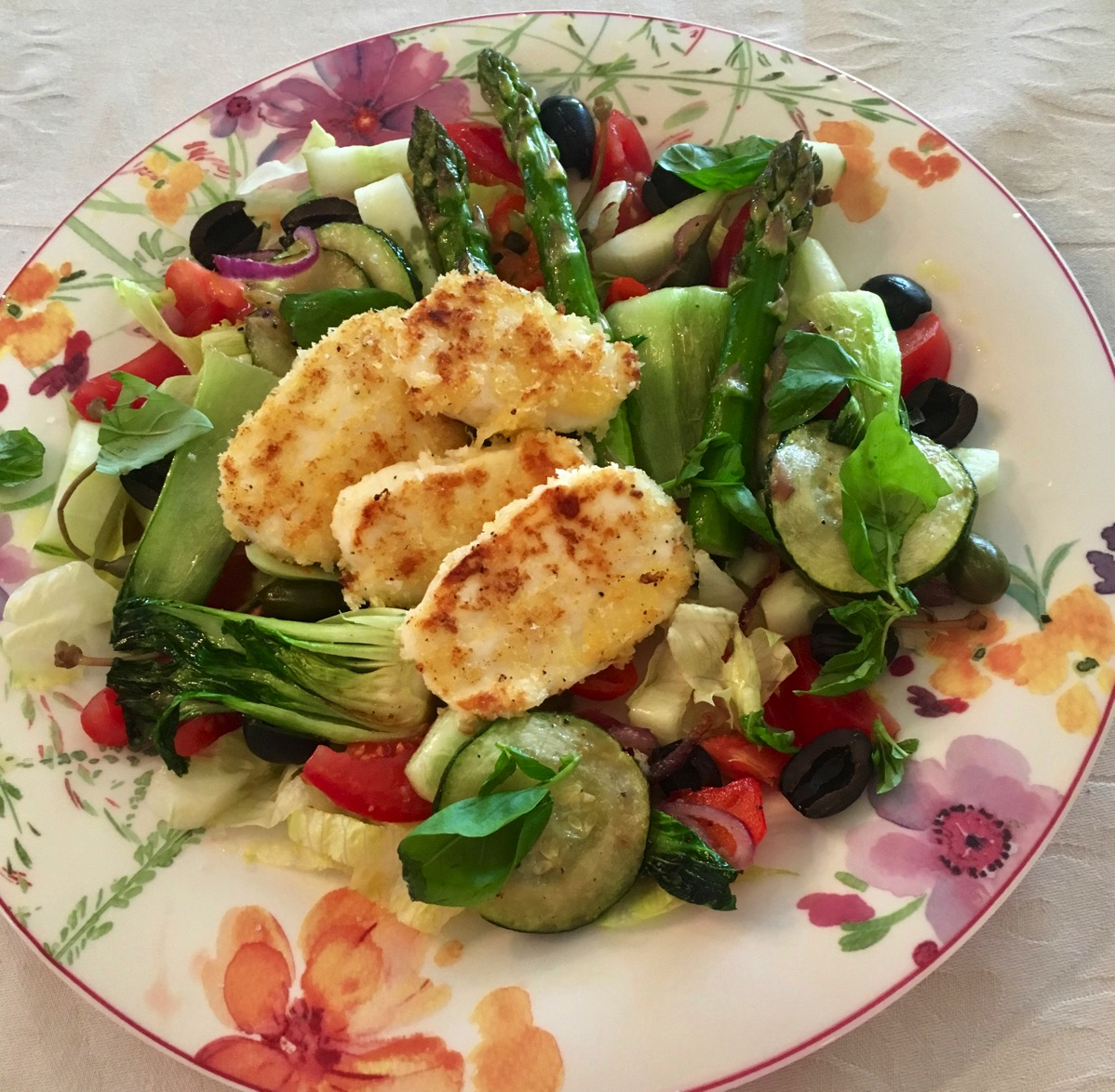 Panert halloumi med rå og stekte grønnsaker