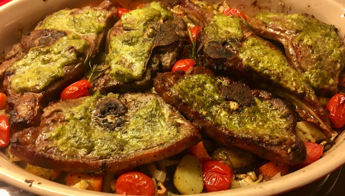 Lammekoteletter med pesto på høstens grønnsaker