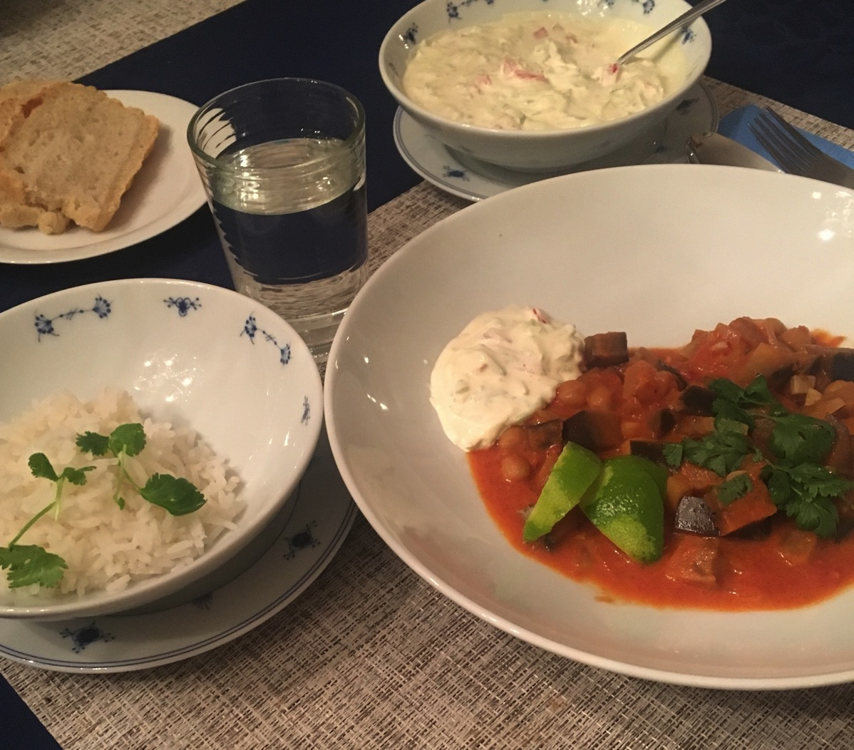 Vegetarcurry med aubergine, kikerter, raita og naan