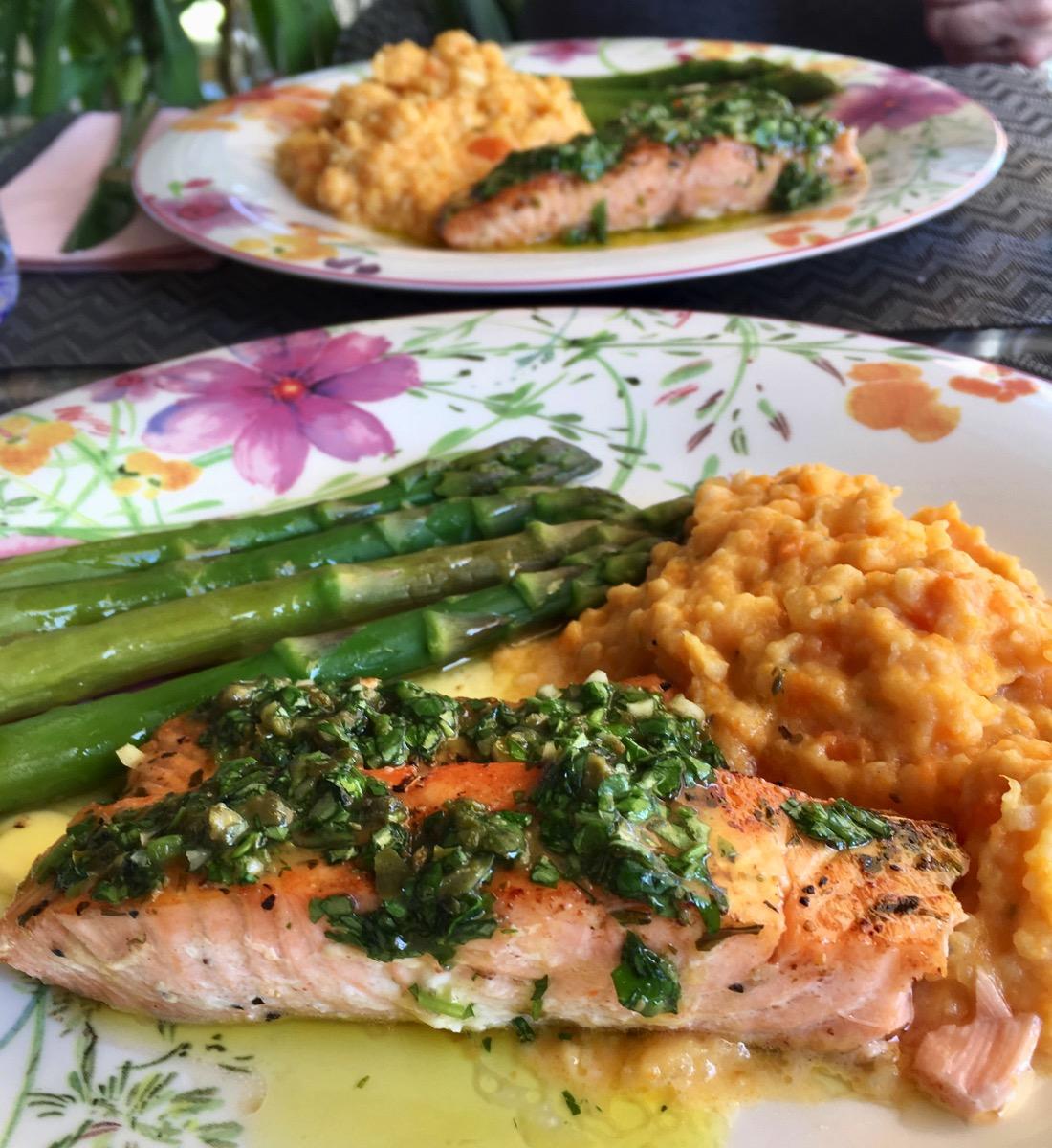 Laks med asparges, søtpotet- og blomkålmos og salsa verde