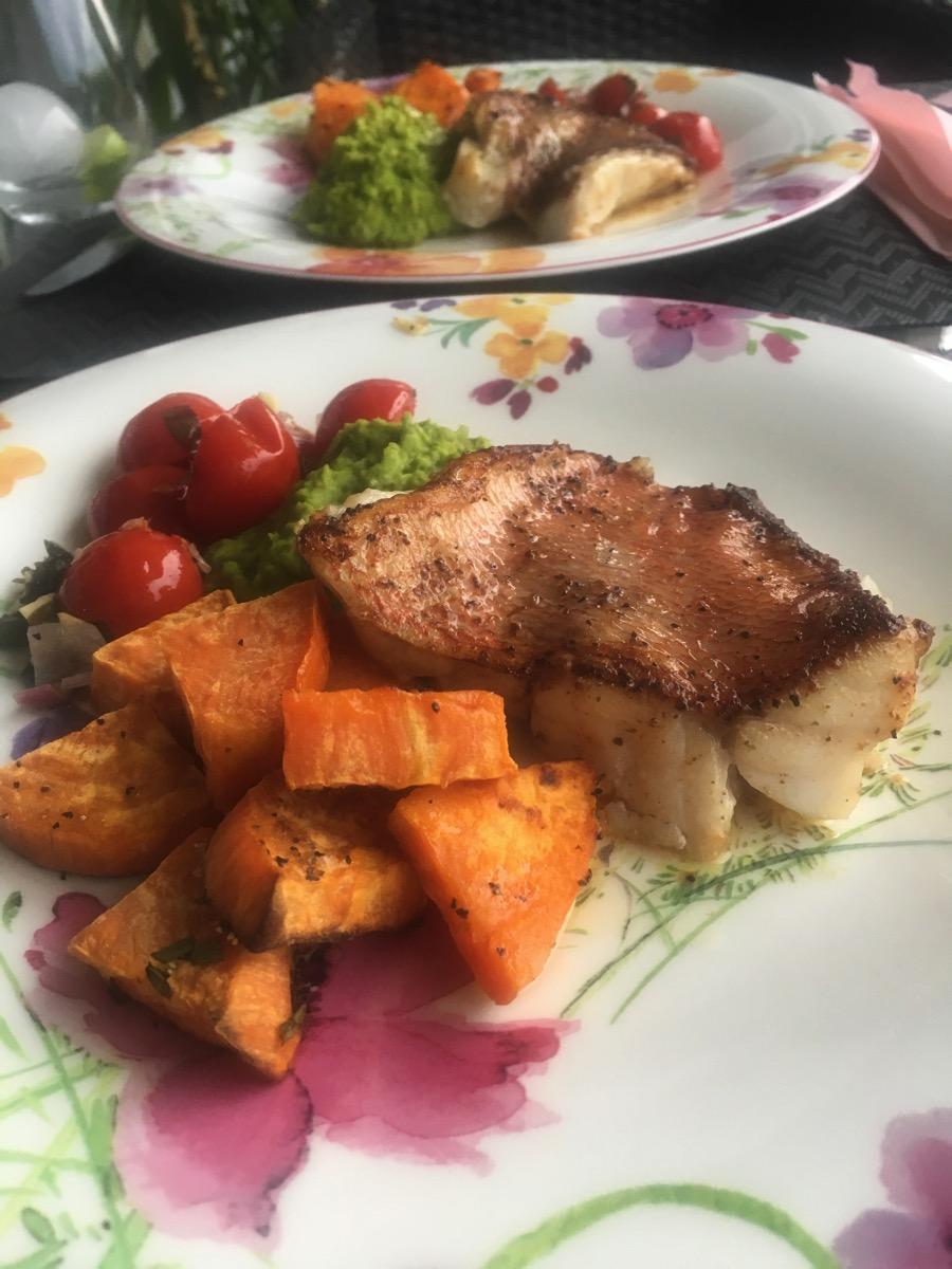 Pannestekt uer med søtpotet, ertepuré og bakte tomater