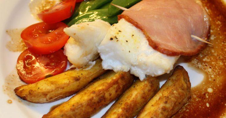Bakt torsk med bacon og råstekte poteter