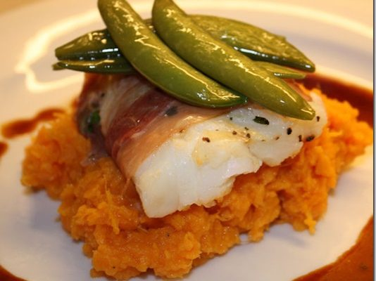 Ovnsbakt torsk med serranoskinke og søtpotetmos
