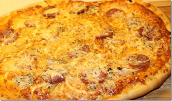 Pizza med italiensk salami og mozarella