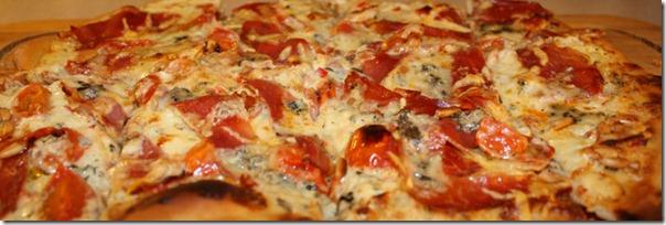 Hvit pizza med serranoskinke