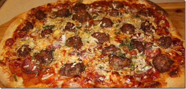 Pizza med lammeboller og rosmarin