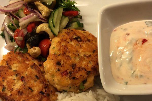 Laks- og torskekaker med spicy salat og chilirømme