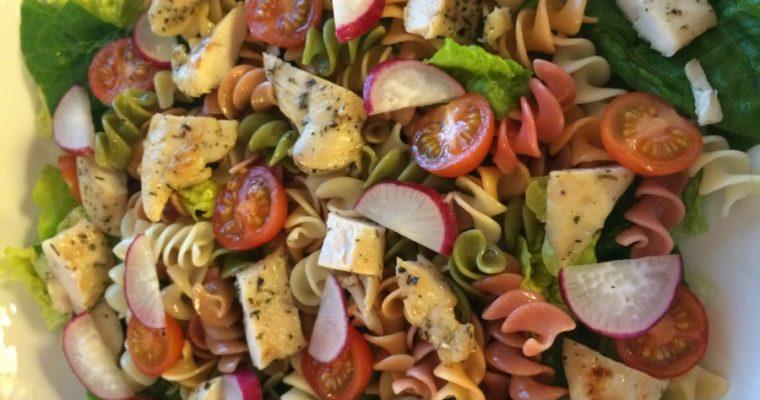 Fargerik kylling- og pastasalat med avocadokrem