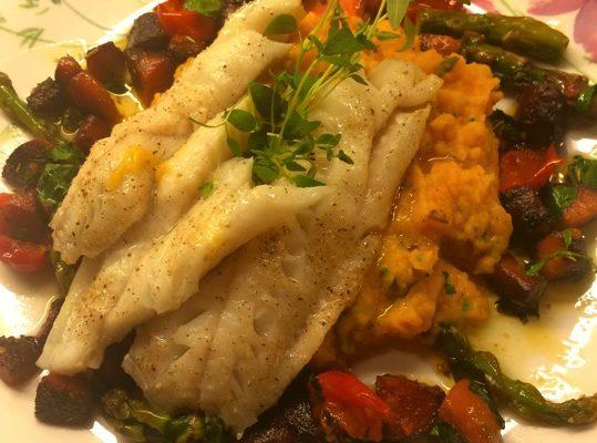 Isgalt på grønnsakmos med chorizo, asparges og tomat