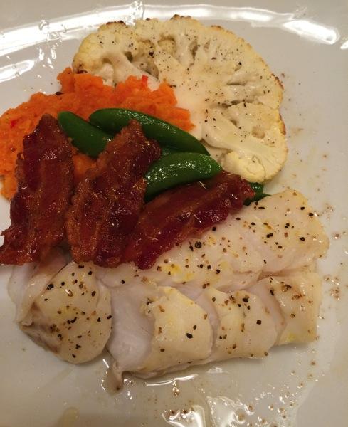 Torskeloin med gulrotpuré, bacon og bakt blomkålhode