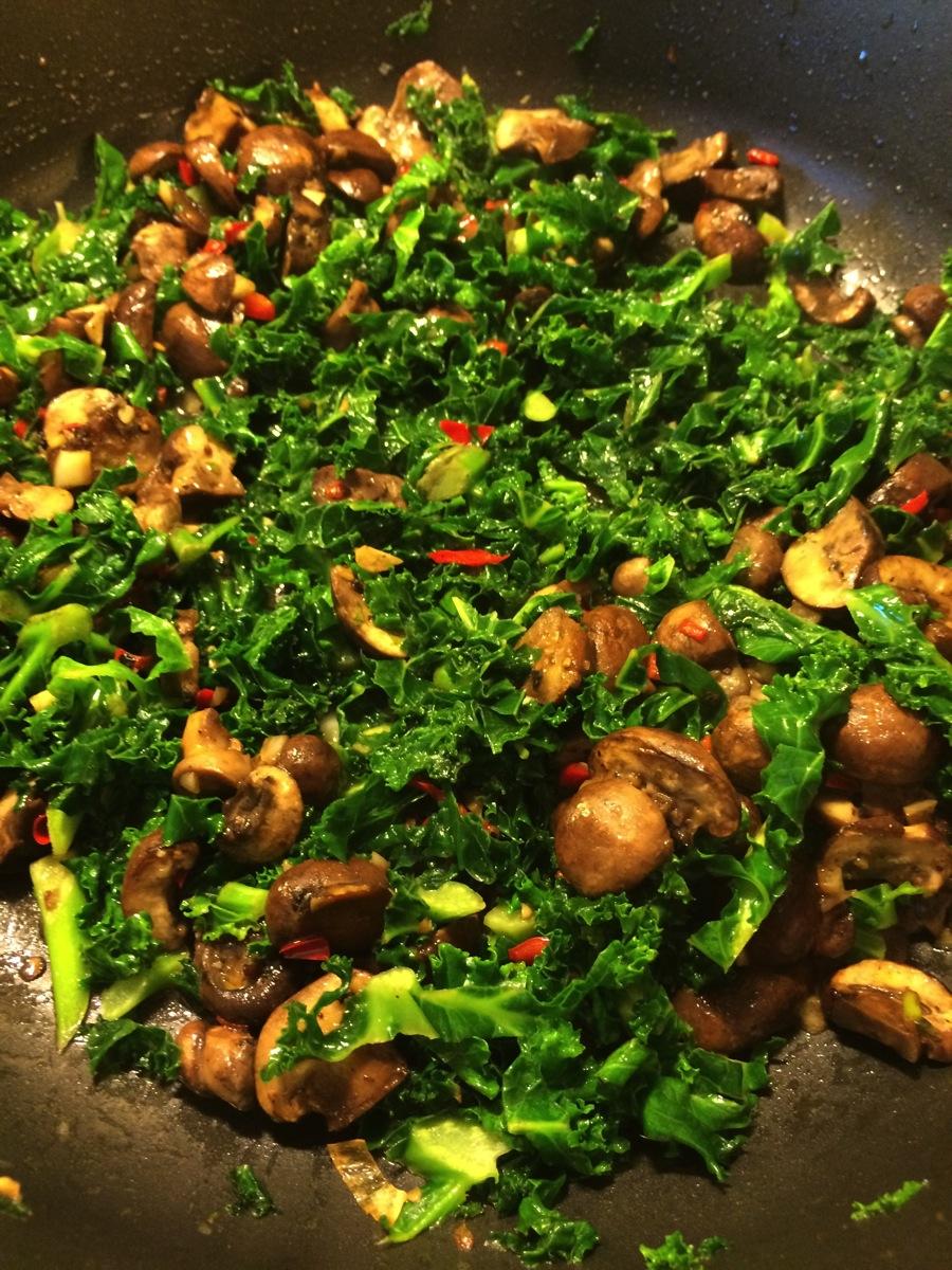 Grønnkål med sopp, hvitløk, chili og lime