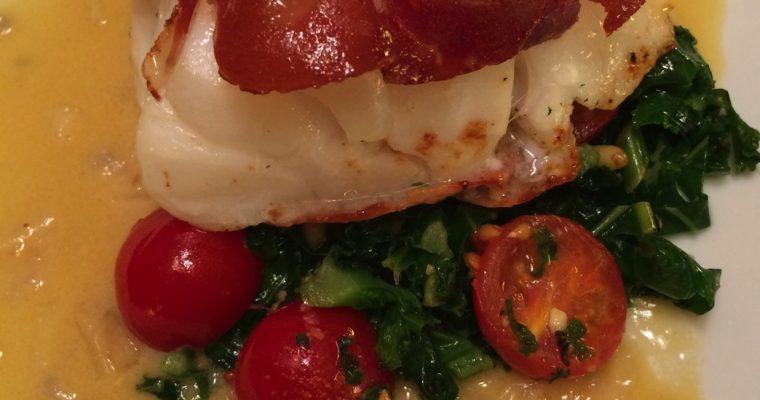 Skreiloin med spekeskinke, sitronsaus og smørdampet grønnkål