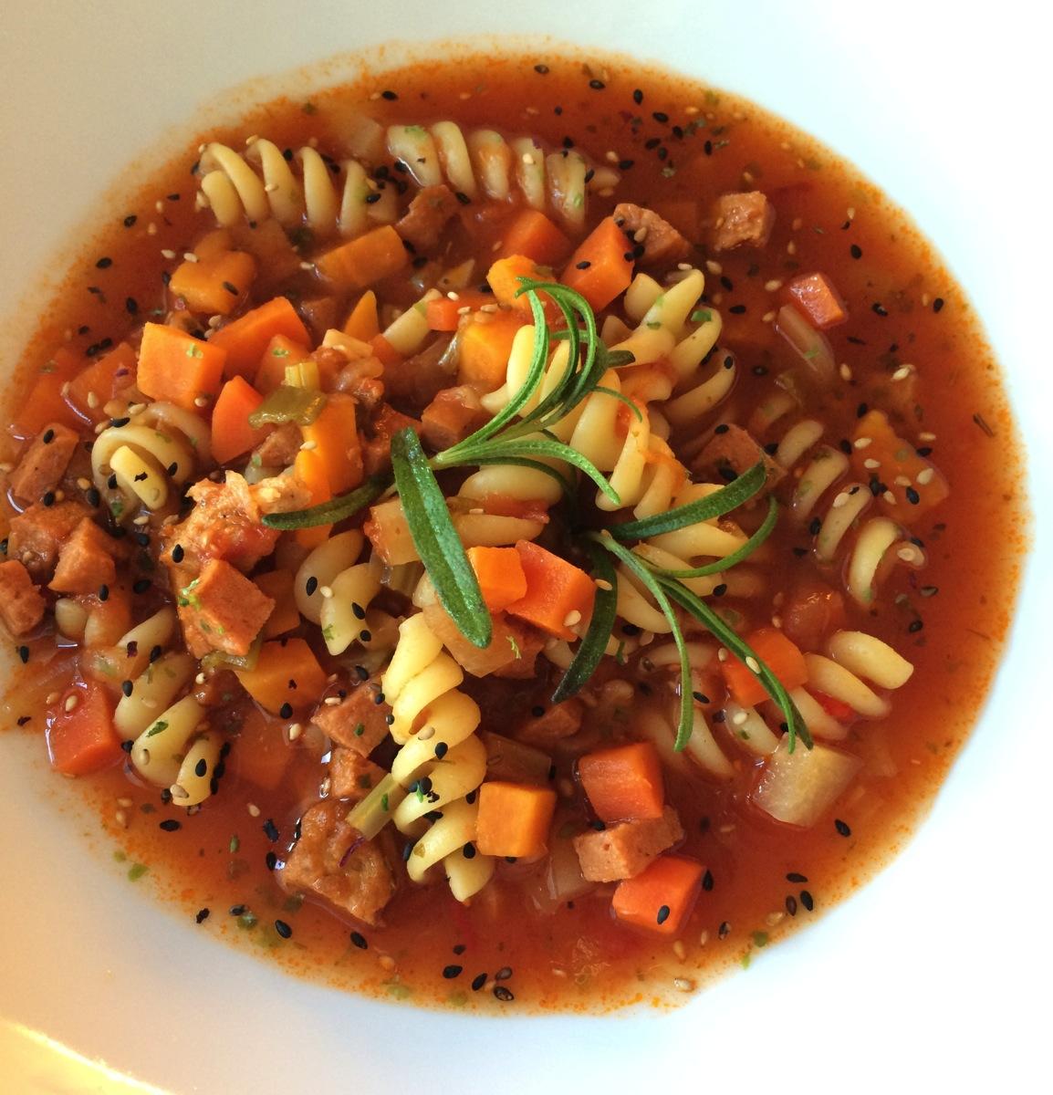 Grønnsakssuppe med chioggiabete, søtpotet og pasta