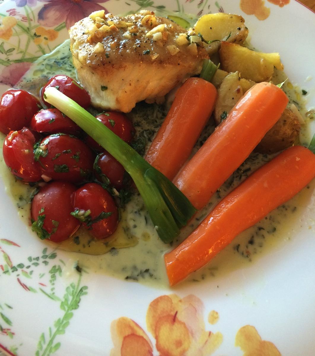 Steinbit med grønnkålsaus, tomatform og gulrøtter