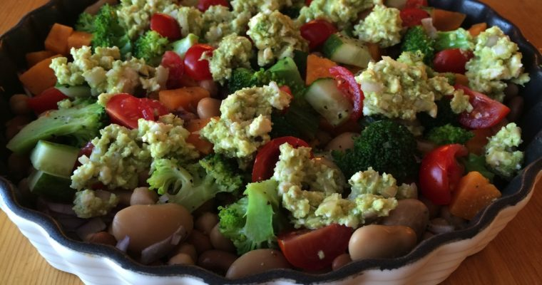 Broccolisalat med søtpotet, bønner og annet snadder