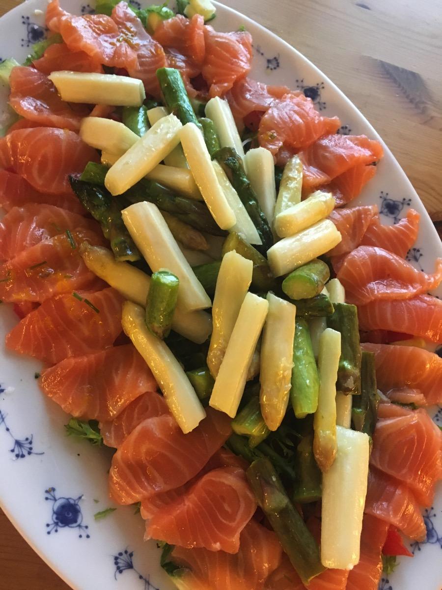 Asparges med sashimi og appelsindressing