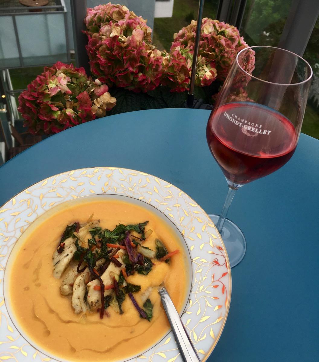 Søtpotetsuppe – med sprøstekt grønnkål og kylling