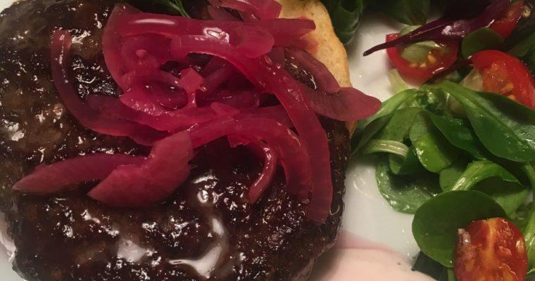 Reinsdyrburger med tyttebærrømme og syltet rødløk