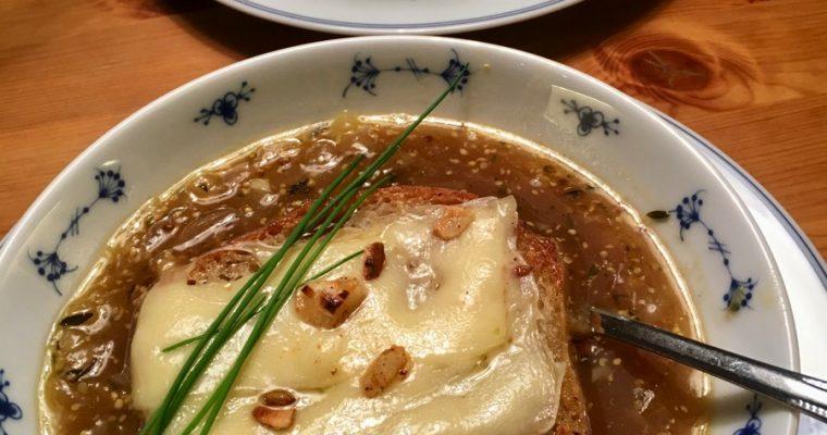 Varmende løksuppe med hvitløk og chili