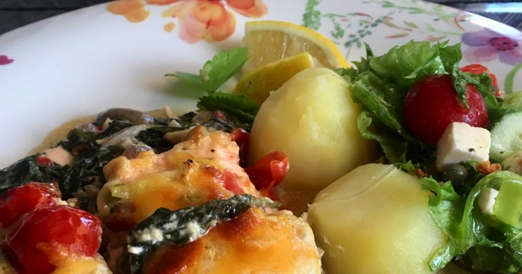 Laks med spinat under tomatlokk