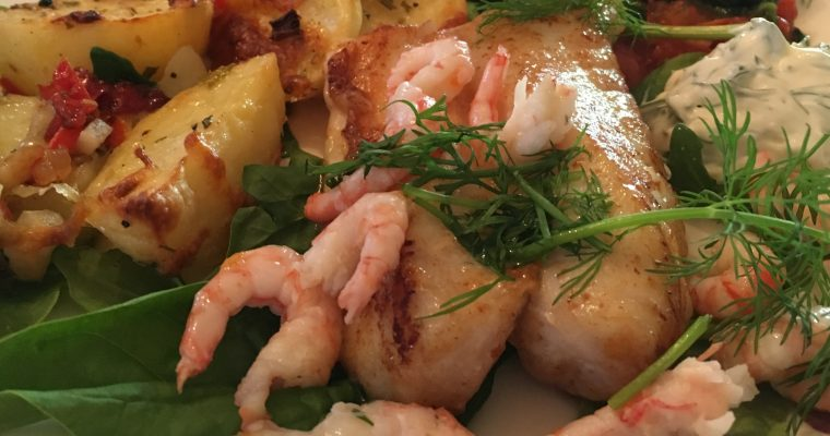 Uer med bakte potetbåter, spinat, reker og urtedressing
