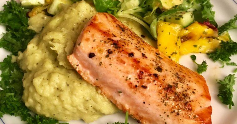Laks med pestomos og salat