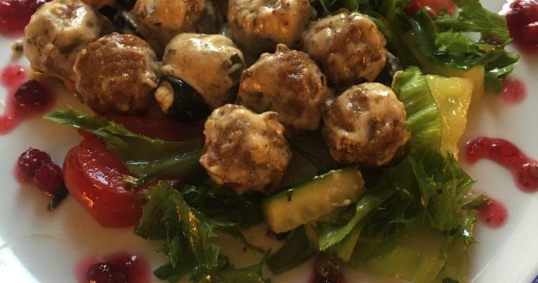 Kyllingkjøttboller i rømmesaus med salat
